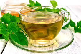 Meduňkový čaj ve skleněném hrnku