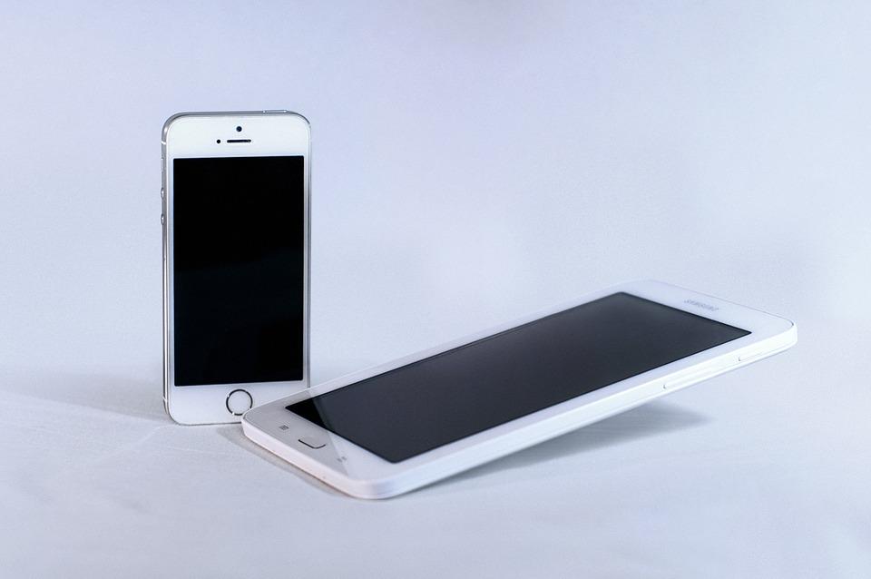 bílé mobilní telefony