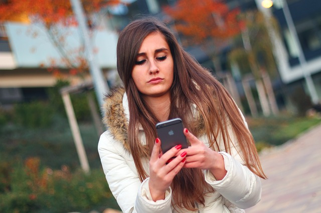 Žena se smartphonem