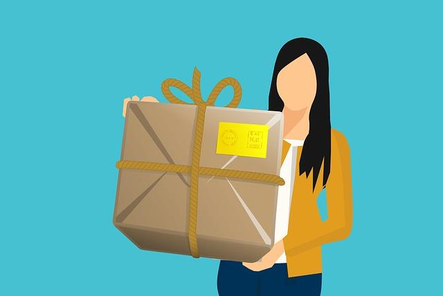 žena nesoucí balík