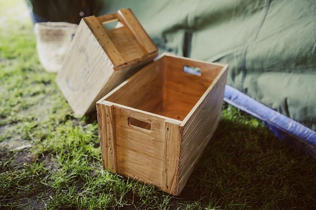 dvě dřevěné bedny