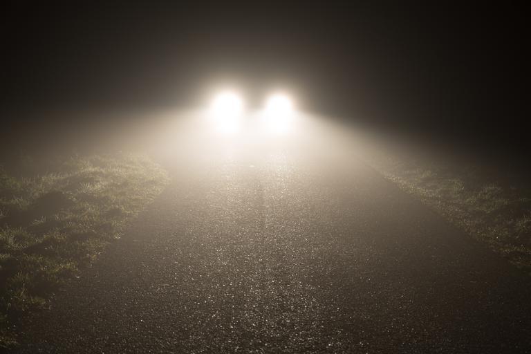 přední světlomety u auta.jpg