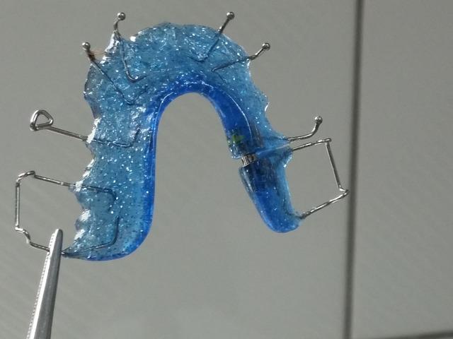 modrá rovnátka