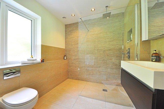 moderní koupelna s walk-in sprchovým koutem