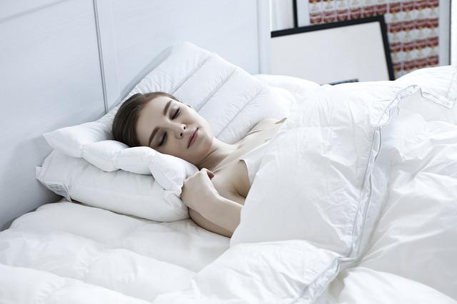 spaní v posteli